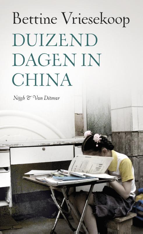 Reisverhaal Duizend dagen in China | Bettine Vriesekoop <br/>€ 15.50 <br/> <a href='https://www.dezwerver.nl/reisgidsen/?tt=1554_252853_241358_&r=https%3A%2F%2Fwww.dezwerver.nl%2Fr%2Fazie%2Fchina%2Fc%2Fboeken%2Freisverhalen%2F9789038803463%2Freisverhaal-duizend-dagen-in-china-bettine-vriesekoop%2F' target='_blank'>Meer Info</a>